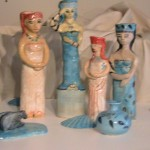 Goddess figurines with pots and shells